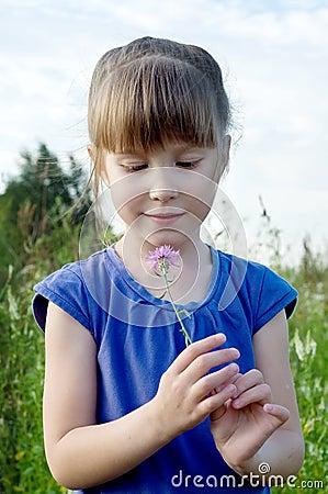 Muchacha con la flor
