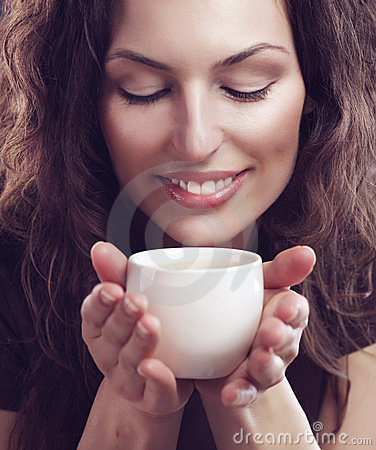 Muchacha con la taza de café