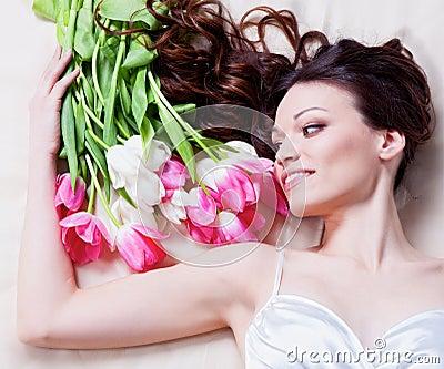 Muchacha con las flores del tulipán
