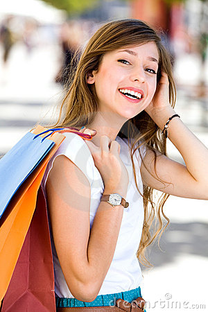 Muchacha con los bolsos de compras