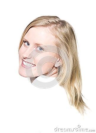 Muchacha con una sonrisa dentuda
