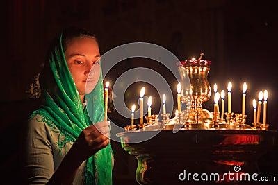 Muchacha con una vela.