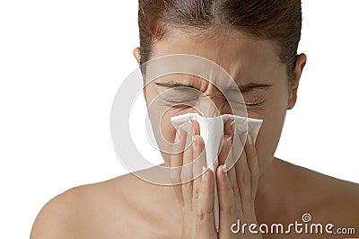 Muchacha de estornudo