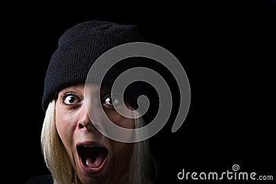 Muchacha de griterío en fondo negro