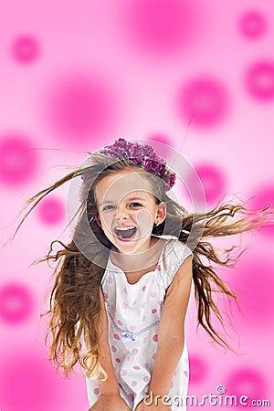 Muchacha de grito feliz rosada