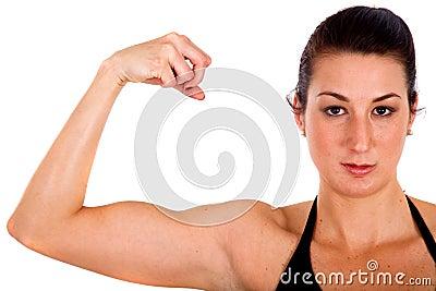 Muchacha de la aptitud que muestra su bíceps