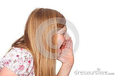 Muchacha de la juventud que grita hacia fuera ruidosamente