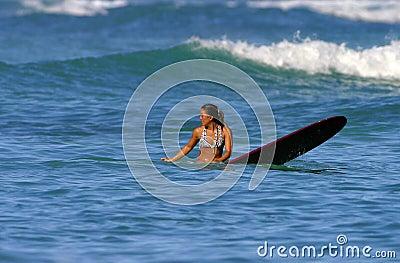 Muchacha de la persona que practica surf de Jess Shedlock Foto de archivo editorial