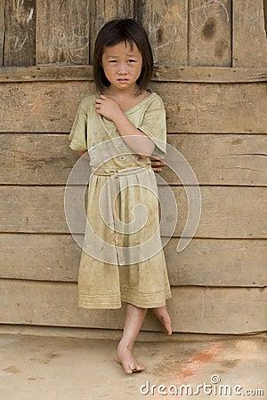 Muchacha de Laos en ropa sucia