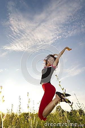Muchacha de salto feliz