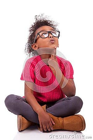 Muchacha del afroamericano asentada en el suelo