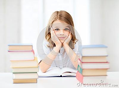 Muchacha del estudiante que estudia en la escuela