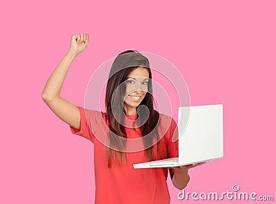 Muchacha del ganador con un ordenador portátil