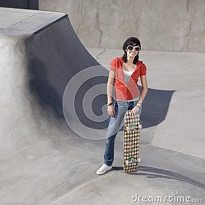 Muchacha del patinador en un parque