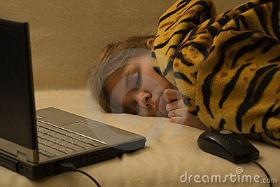 Muchacha durmiente con el cuaderno y el ratón