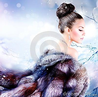 Muchacha en abrigo de pieles de lujo