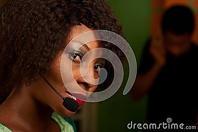 Muchacha en centro de atención telefónica