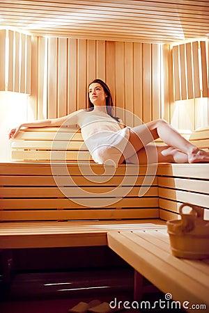 Muchacha en la sauna