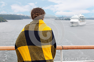 Muchacha en tela escocesa en la cubierta de la nave