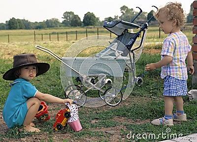 Muchacha en un sombrero de vaquero y un muchacho rizado (2)