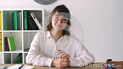 Muchacha en una entrevista en una mesa almacen de video
