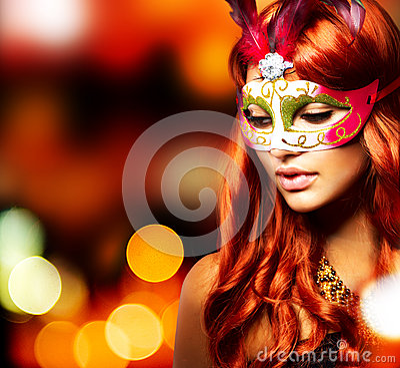 Muchacha en una máscara del carnaval