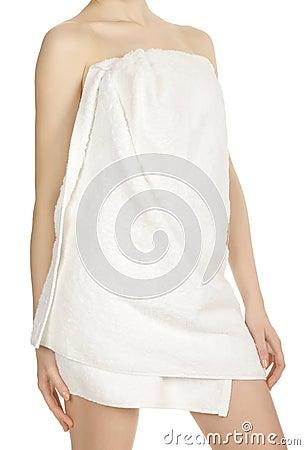 Muchacha envuelta en una toalla blanca