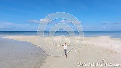 Muchacha feliz de la raza mixta que corre en la playa hermosa KOH Phangan, Tailandia A cámara lenta aéreo de HD almacen de video