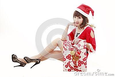 Muchacha feliz de santa que hace compras