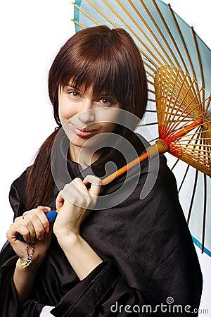 Muchacha hermosa con el paraguas de Japón