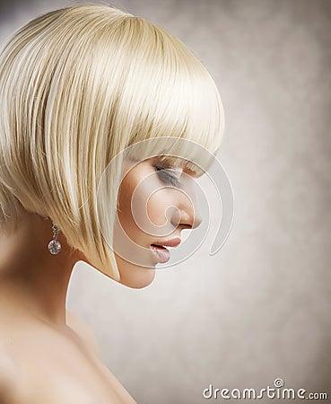 Muchacha hermosa con el pelo rubio corto