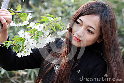 Muchacha hermosa con las flores