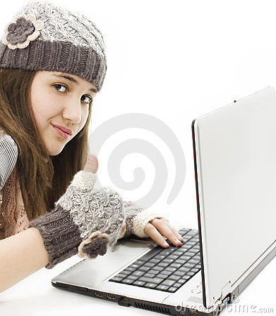 Muchacha hermosa con una computadora portátil, mostrando el pulgar para arriba.