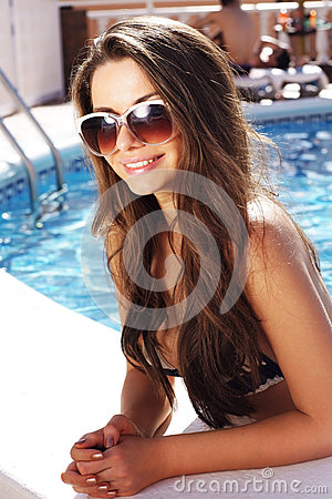 Muchacha hermosa en piscina