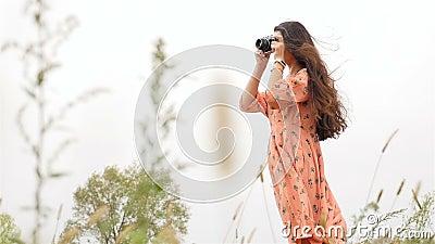 Muchacha hermosa en una alineada Fotografías en la cámara Cámara lenta metrajes