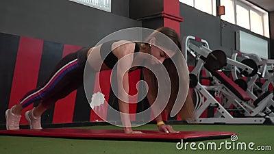 Muchacha hermosa que hace ejercicios del ABS para tener un vientre plano metrajes