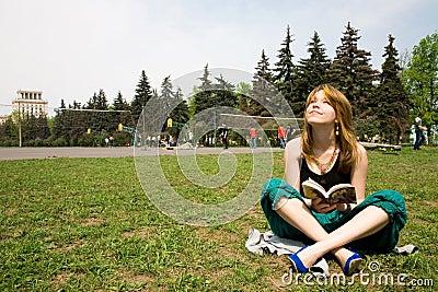 Muchacha hermosa que lee un libro