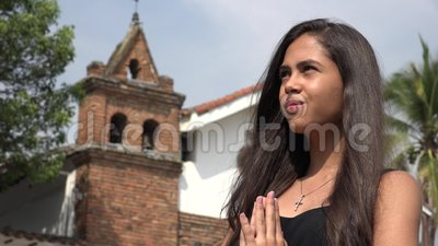 Muchacha hispánica adolescente triste en la iglesia metrajes