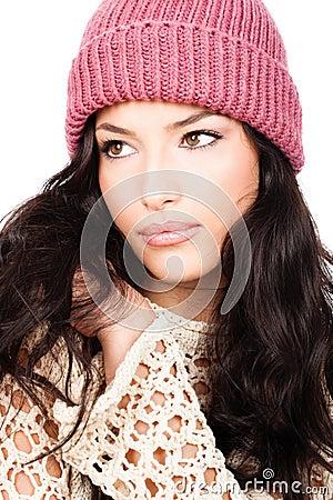 Muchacha joven del pelo negro en suéter y casquillo de las lanas
