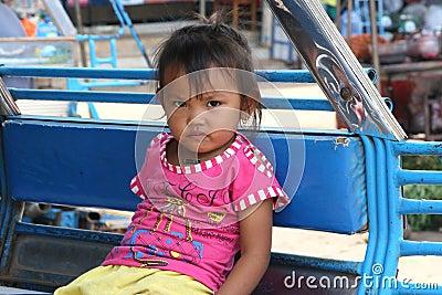 Muchacha laosiana en un taxi del tuktuk Imagen editorial