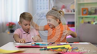 Muchacha linda que asusta al hermano que estudia la tabla, hiperactividad del niño, déficit de atención metrajes