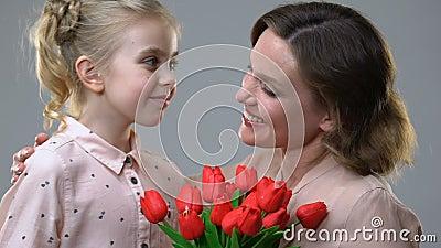 Muchacha linda que da las flores a la madre querida, la sorpresa para el cumplea?os o el 8 de marzo almacen de metraje de vídeo