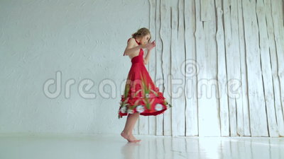 Muchacha misteriosa con maquillaje creativo en el vestido rojo étnico que hace girar alrededor metrajes