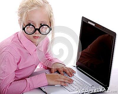 Muchacha misteriosa que pulsa en su computadora portátil en secreto