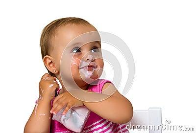 Muchacha que come el yogur