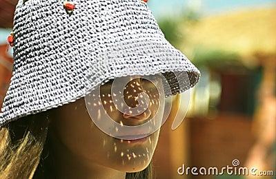 Muchacha que desgasta el sombrero ligero de Sun