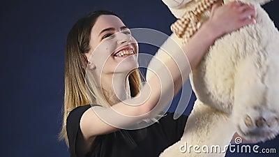 Muchacha que juega con el oso de peluche - aislado en a cámara lenta negro metrajes
