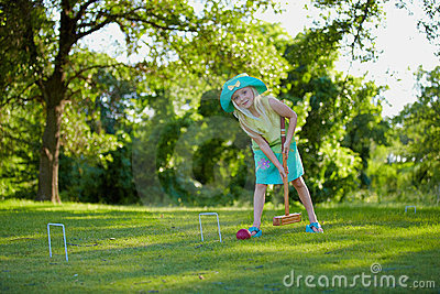 Muchacha que juega croquet