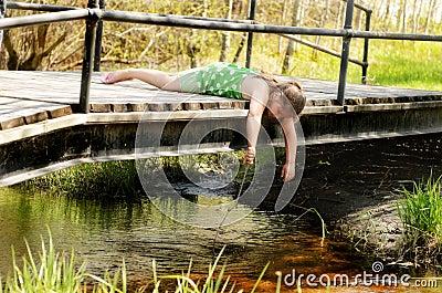 Muchacha que juega en el puente