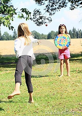 Muchacha que lanza en una blanco